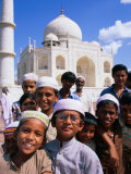 Group of Boys with Taj Mahal in Background, Looking at Camera, Agra, India Fotografisk tryk af Paul Beinssen