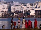 Pilgrims on Ghats of Pushkar Lake, Pushkar, Rajasthan, India Lámina fotográfica por Dallas Stribley