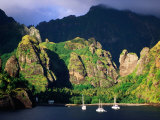 Boats Moored at the Bay of Virgins, Fatu Hiva Island, Marquesas, The, French Polynesia Fotografie-Druck von Peter Hendrie