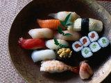Sushi in a Wooden Bowl, Japan, Fotodruck von Glenn Beanland