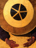 Farmer Wearing a Bamboo Hat Gathering Rice, Guizhou, China Fotografie-Druck von Keren Su