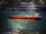 Cargo Ship at Gaillard Cut on the Panama Canal, Near Gamboa, Gamboa, Panama Lámina fotográfica por Alfredo Maiquez