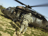 US Army Soldiers Board a UH-60 Black Hawk Helicopter Photographie par Stocktrek Images