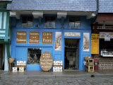 Calvados and Cider Shop by Vieux Bassin in Quai Ste. Catherine, Honfleur, Basse Normandie, France Lmina fotogrfica por Pearl Bucknall