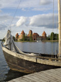 Traditional Boat and Trakai Castle, Trakai, Near Vilnius, Lithuania, Baltic States Stampa fotografica di Gary Cook