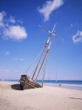 Shipwreck on the Beach on South Coast, Fuerteventura, Canary Islands, Spain, Atlantic Stampa fotografica di Robert Harding