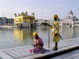 Sikhs in Front of the Sikhs' Golden Temple, Amritsar, Pubjab State, India Photographie par Alain Evrard