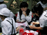 Schoolgirls Eating Packed Lunch, Bento, Kagoshima Park, Japan Photographie par Gavin Hellier