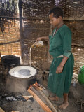 Woman Making Injera, the Staple Diet, Ethiopia, Africa Lámina fotográfica por Gavin Hellier