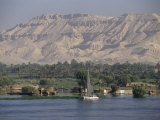 Felucca on the River Nile, Looking Towards Valley of the Kings, Luxor, Thebes, Egypt Fotografisk tryk af Gavin Hellier