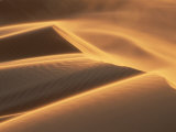 Sand Blowing on Crest of Dune in Erg Chebbi, Sahara Desert, Near Merzouga, Morocco Fotografisk tryk af Lee Frost