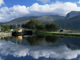 View Across the Caledonian Canal to Ben Nevis and Fort William, Corpach, Highland Region, Scotland Fotografisk tryk af Lee Frost