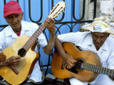 Musicians Playing Guitars, Havana Viejo, Havana, Cuba, West Indies, Central America Valokuvavedos tekijänä Lee Frost