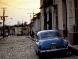 Cobbled Street at Sunset with Old American Car, Trinidad, Sancti Spiritus Province, Cuba Fotografisk tryk af Lee Frost