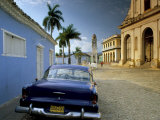 View Across Plaza Mayor with Old American Car Parked on Cobbles, Trinidad, Cuba, West Indies Fotografisk tryk af Lee Frost