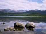 Loch Morlich and the Cairngorms, Aviemore, Highland Region, Scotland, United Kingdom Fotografisk tryk af Roy Rainford