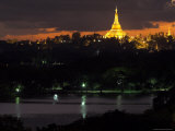 Shwedagon Paya at Dusk with Kandawgyi Lake in Foreground, Yangon (Rangoon), Myanmar (Burma) Lmina fotogrfica por Eitan Simanor