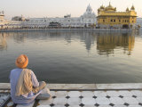 Sikh Pilgrim Sitting by Holy Pool, Golden Temple, Amritsar, Punjab State, India Fotografie-Druck von Eitan Simanor