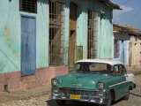 Typical Paved Street with Colourful Houses and Old American Car, Trinidad, Cuba, West Indies Papier Photo par Eitan Simanor