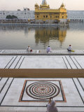 View from Entrance Gate of Holy Pool and Sikh Temple, Golden Temple, Amritsar, Punjab State, India Fotografie-Druck von Eitan Simanor