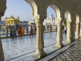 Group of Sikh Women Pilgrims Walking Around Holy Pool, Golden Temple, Amritsar, Punjab State, India Fotografie-Druck von Eitan Simanor