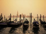 Gondolas and the Church of San Giorgio Maggiore, Venice, Veneto, Italy Fotografisk tryk af Roy Rainford