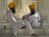 Two Sikhs Priests with Orange Turbans, Golden Temple, Punjab State Photographie par Eitan Simanor
