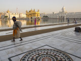 Elderly Sikh Pilgrim with Bundle and Stick Walking Around Holy Pool, Amritsar, India Fotografie-Druck von Eitan Simanor