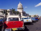 Street Scene of Taxis Parked Near the Capitolio Building in Central Havana, Cuba, West Indies Photographie par Mark Mawson