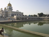 Sikh Pilgrim Bathing in the Pool of the Gurudwara Bangla Sahib Temple, Delhi, India Fotografie-Druck von Eitan Simanor