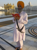 Sikh Pilgrim with Orange Turban, White Dress and Dagger, Reading Prayer Book, Amritsar Photographie par Eitan Simanor