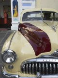 Old Buick Car in Front of Entrance to the City Palace Hotel, Old City, Udaipur, India Lmina fotogrfica por Eitan Simanor