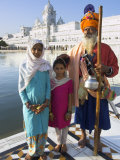 Elderly Couple of Sikh Pilgrims with Young Girl Posing in Front of Holy Pool, Amritsar, India Photographie par Eitan Simanor