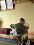 Sumo Wrestler Reading Newspaper, Tokyo City, Honshu Island, Japan Impressão fotográfica por Christian Kober