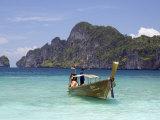 Yong Kasem Beach, Known as Monkey Beach, Phi Phi Don Island, Thailand, Southeast Asia Photographie par Sergio Pitamitz