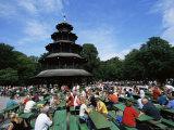 People Sitting at the Chinese Tower Beer Garden in the Englischer Garten, Munich, Bavaria, Germany Lámina fotográfica por Yadid Levy