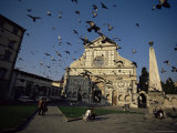 Pigeons in Flight in the Piazza Santa Maria Novella, Florence, Tuscany, Italy Photographie par Robert Francis