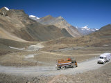 Trucks on Baralacha Pass, Road Only Open Three Months of Year, Ladakh, India Fotografie-Druck von Tony Waltham