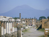 Vesuvius Volcano from Ruins of Forum Buildings in Roman Town, Pompeii, Campania, Italy Fotografie-Druck von Tony Waltham