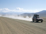 Land Cruiser on Altiplano Track and Tourists Going to Laguna Colorado, Southwest Highlands, Bolivia Fotografie-Druck von Tony Waltham