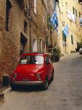 Coche rojo aparcado en calle estrecha, Siena, Toscana, Italia Lámina fotográfica por Ruth Tomlinson