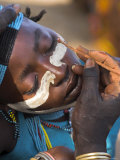 Face Painting with a Mixture of Clay, Turmi, Ethiopia Fotografiskt tryck av Jane Sweeney