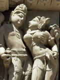 Detail of Carving of a Couple on the Parsvanatha Temple, Khajuraho, India Fotografie-Druck von Adam Woolfitt