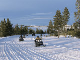 Snowmobiling in the Western Area of Yellowstone National Park, Montana, USA Impressão fotográfica por Alison Wright