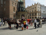 Horse and Carriages in Main Market Square, Old Town District, Krakow, Poland Photographie par R H Productions 
