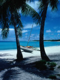 Outrigger Canoe on a Palm-Fringed Beach, Marshall Islands Photographie par Oliver Strewe