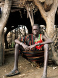 Karamojong Boy Sitting at Entrance to Hut, Uganda Fotografisk tryk af Ariadne Van Zandbergen