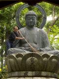 Man Cleaning a Buddha Statue, Shinnyo-Do Temple, Kyoto, Kinki, Japan Fotografisk tryk af Greg Elms