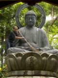Man Cleaning a Buddha Statue, Shinnyo-Do Temple, Kyoto, Kinki, Japan Lámina fotográfica por Greg Elms