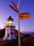 Signpost in Front of Lighthouse at Dawn, Cape Reinga, New Zealand Lámina fotográfica por Oliver Strewe